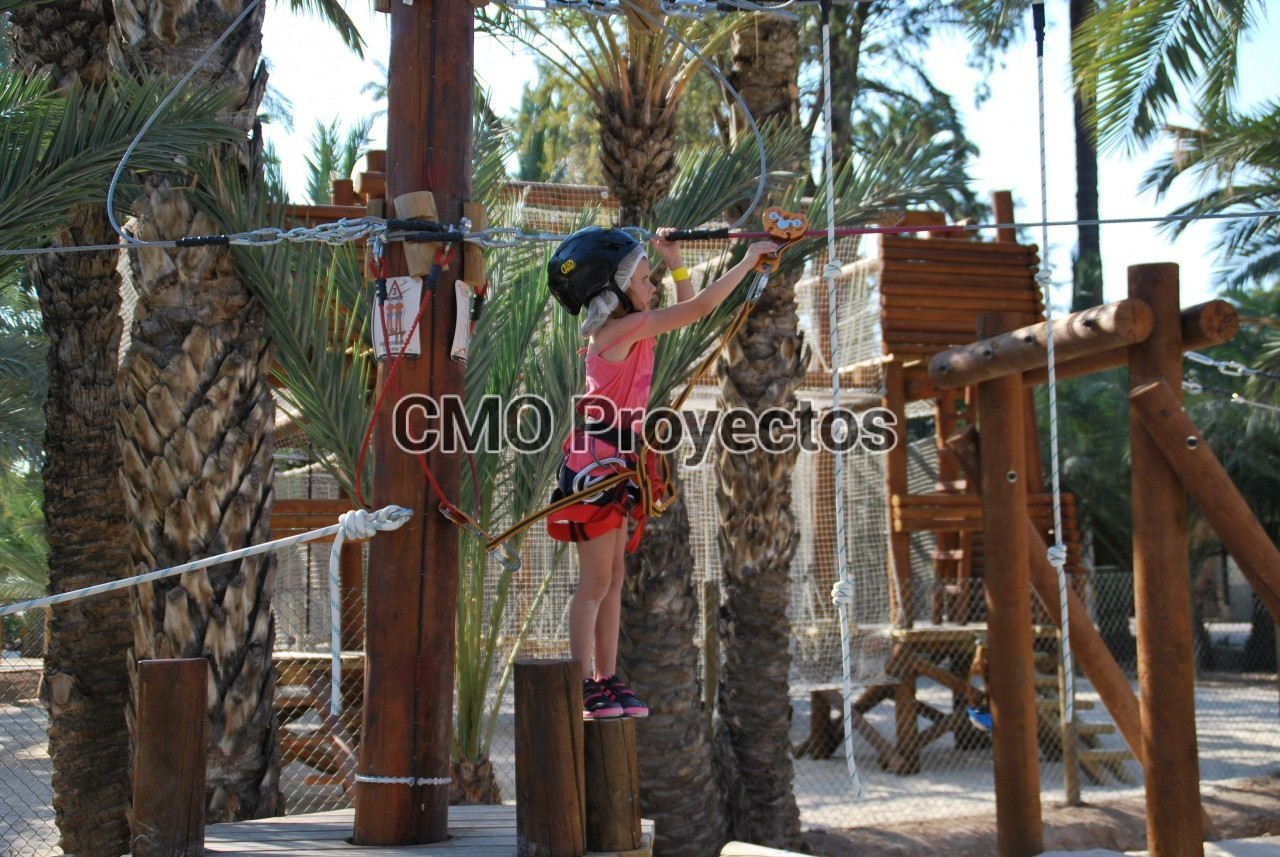 Children courses on mini-totems en Parque Multiaventura CMO Proyectos