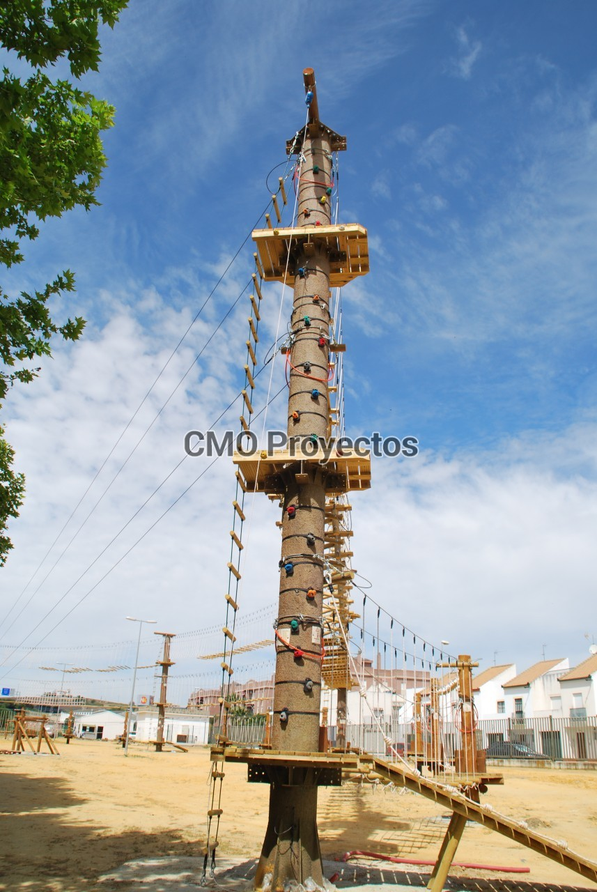 Adventure courses on totems en Parque Multiaventura CMO Proyectos